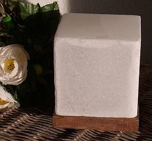 halitkristall lampe kubus mit holzsockel himalya salt dreams serie gesundheit ja bitte. Black Bedroom Furniture Sets. Home Design Ideas